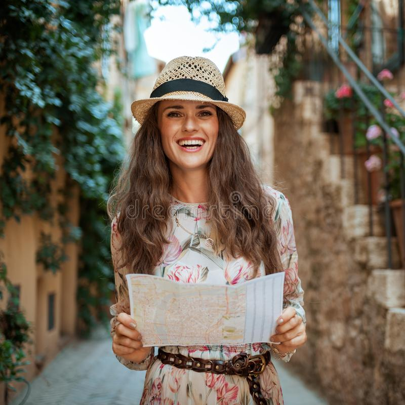 Lycklig modern turist- kvinna i Pienza, Italien som har utfärd royaltyfria bilder