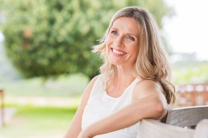 lycklig mogen kvinna royaltyfri bild