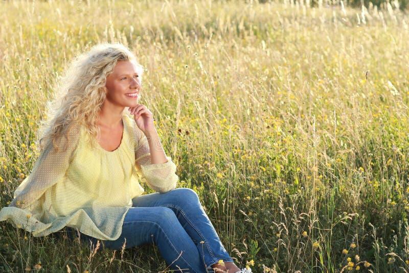 Lycklig mogen kvinna i natur arkivbilder