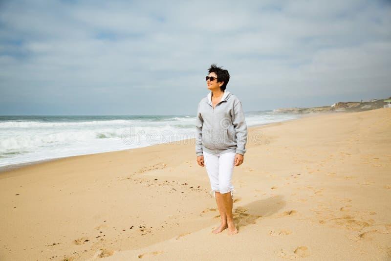 Lycklig mogen kvinna som tycker om semester arkivbild