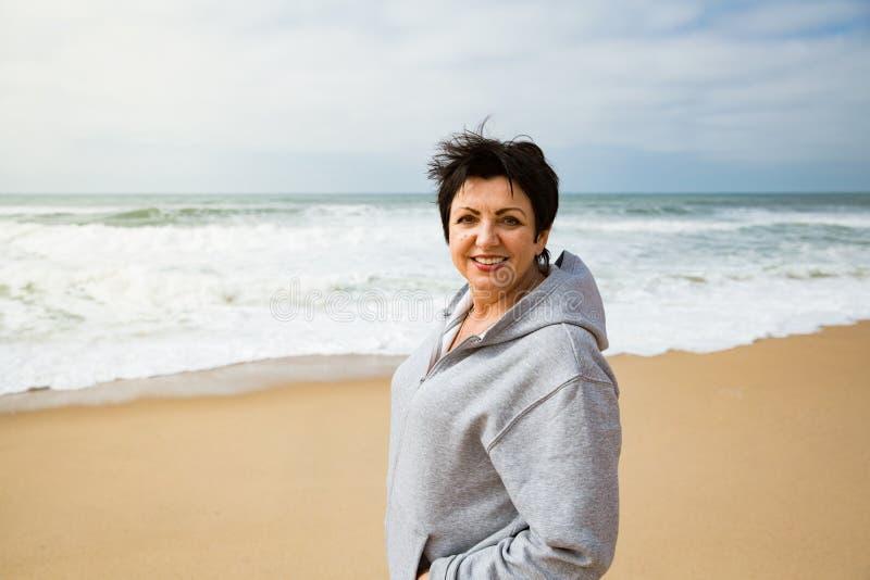 Lycklig mogen kvinna som tycker om semester royaltyfri foto