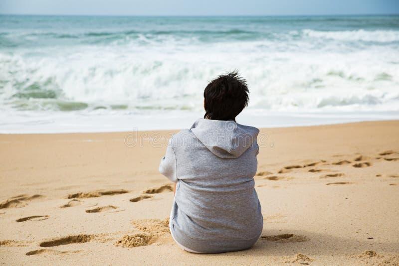 Lycklig mogen kvinna som tycker om semester arkivfoton