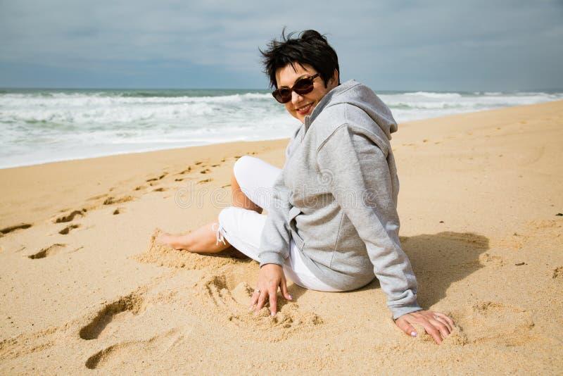 Lycklig mogen kvinna som tycker om semester fotografering för bildbyråer