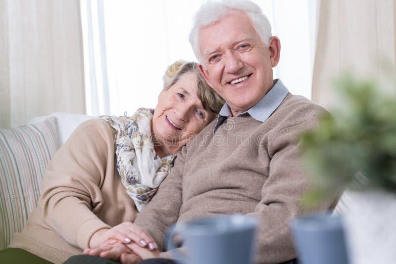 Lycklig mormor och morfar arkivbilder