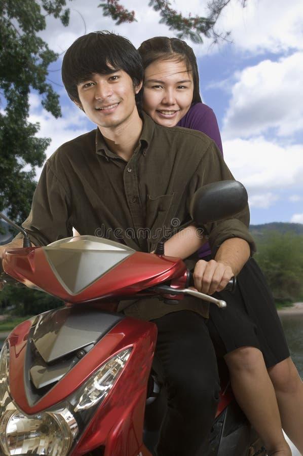 lycklig motorsparkcykel för par royaltyfri foto