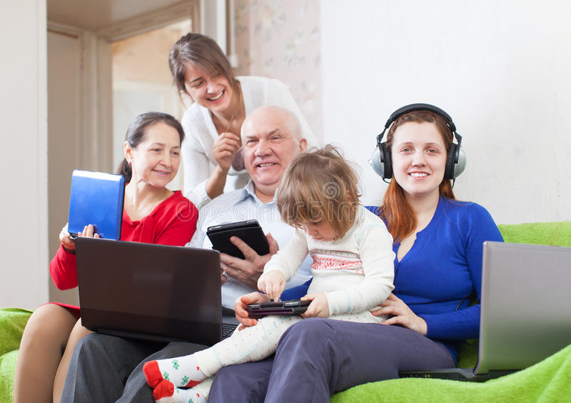 Familj med hemmastadda bärbar dator royaltyfri fotografi