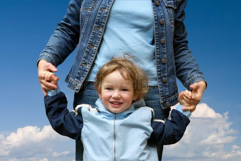 lycklig mum för barn royaltyfri bild