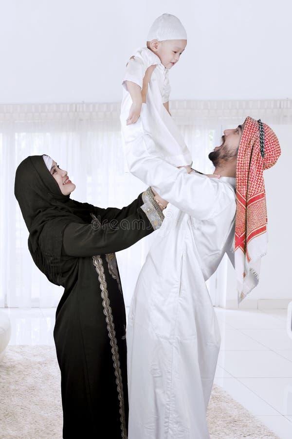 Lycklig muslimfamilj som isoleras över vit arkivfoto