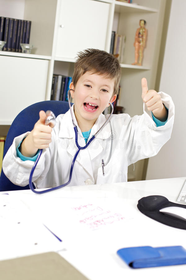 Lycklig mycket ung doktorstumme upp i regeringsställning arkivbild