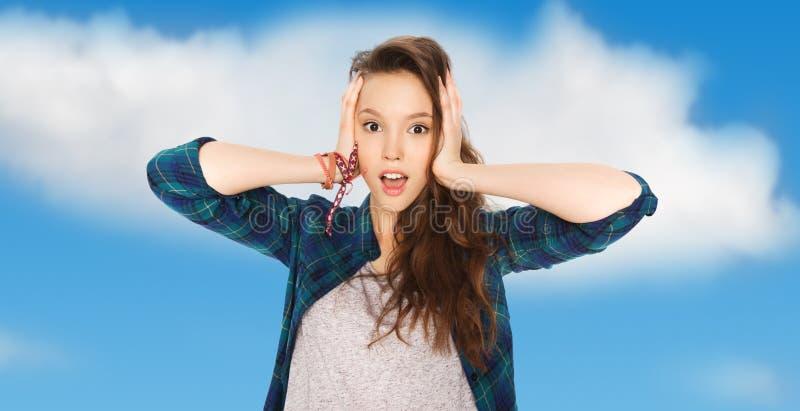 Lycklig nätt tonårs- flicka som rymmer för att head arkivbild
