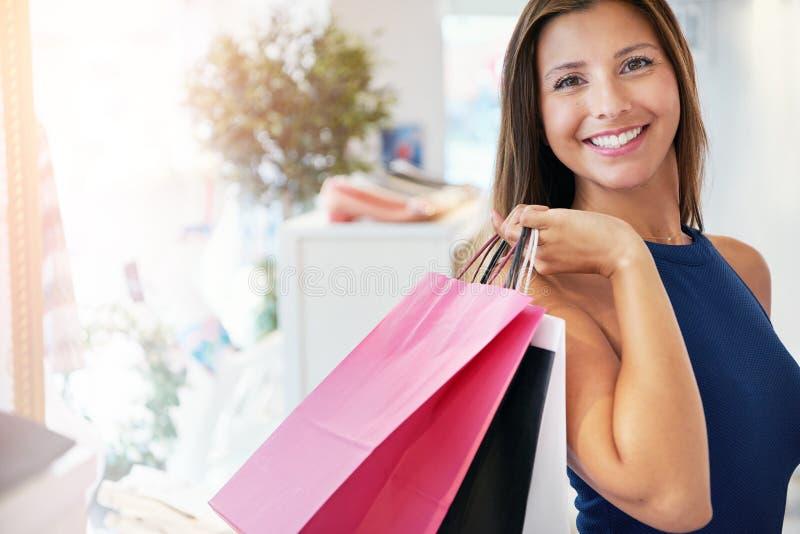 Lycklig nätt ung kvinna med henne köp royaltyfri fotografi