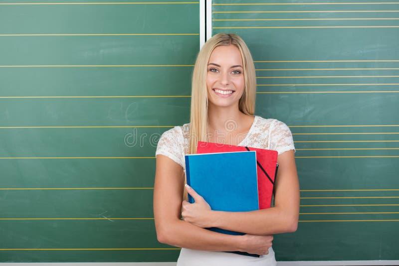 Lycklig nätt ung kvinnlig student royaltyfria bilder