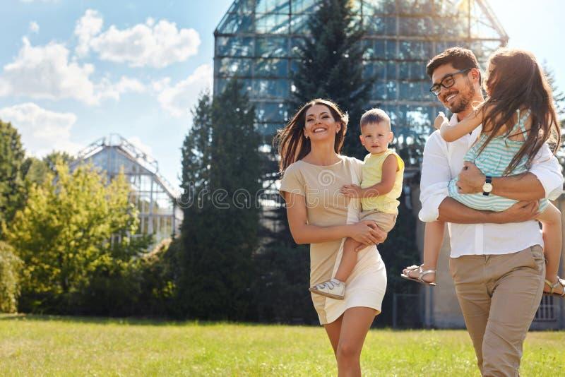 lycklig natur för familj Härliga föräldrar och barn utomhus arkivbilder