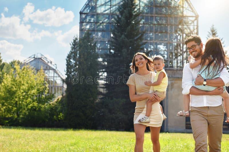 lycklig natur för familj Härliga föräldrar och barn utomhus arkivbild