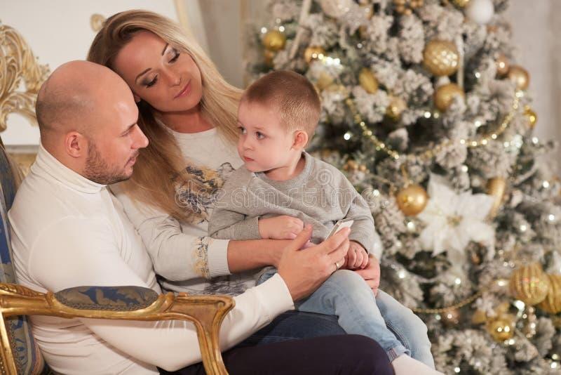 lycklig near tree för julfamilj fotografering för bildbyråer