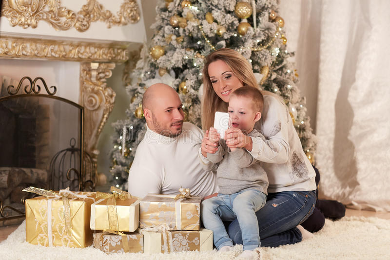 lycklig near tree för julfamilj arkivbild