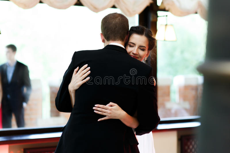 Lycklig nygift personbrud- och brudgumdans på clos för bröllopmottagande arkivbild