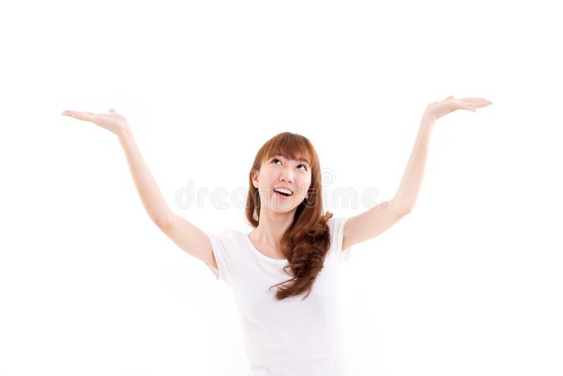 Lycklig och att le, räcker den glade glade kvinnan som ser upp och att lyfta båda royaltyfria foton