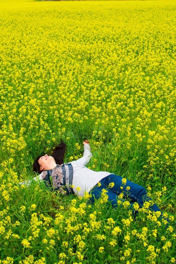Lycklig och avkopplad kvinna fotografering för bildbyråer