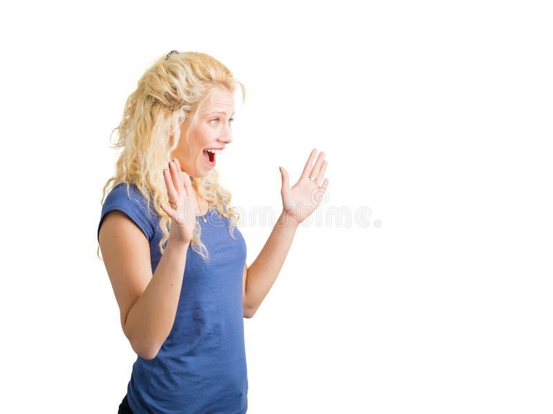 Lycklig och förvånad kvinna som ser något royaltyfri foto