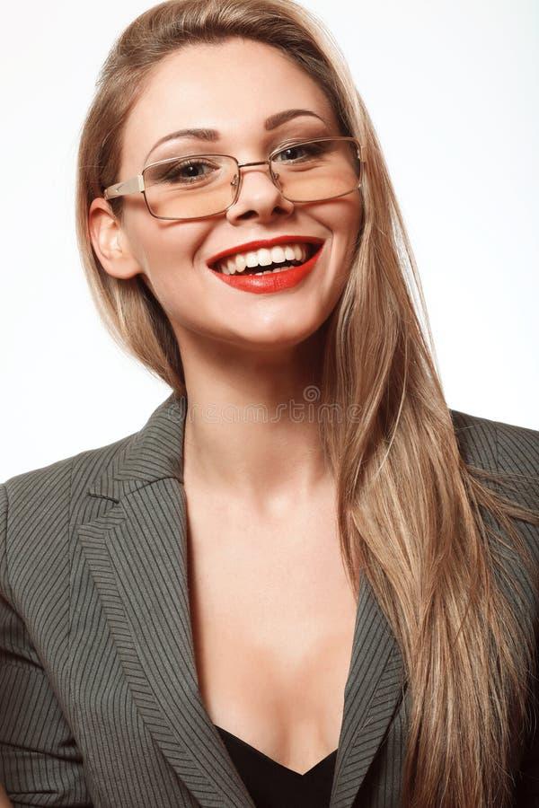 Lycklig och härlig blond kvinna med långt hår i en affär sui royaltyfri fotografi
