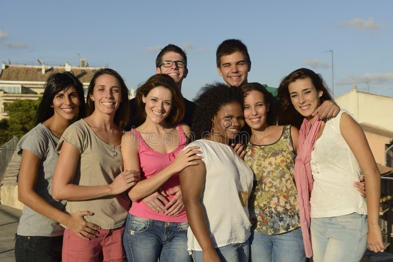 Lycklig och olik grupp utomhus royaltyfri fotografi