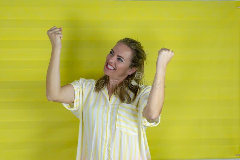 Lycklig och upphetsad uttryckande segra gest för kvinna Lyckat och fira segern som ?r triumferande arkivfoton