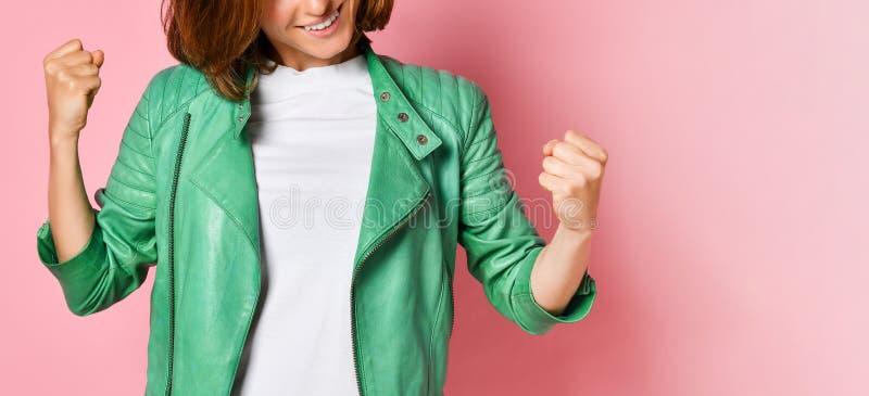 Lycklig och upphetsad uttryckande vinnande gest f?r h?rlig ung kvinna Lyckat och fira segern som ?r triumferande arkivfoton
