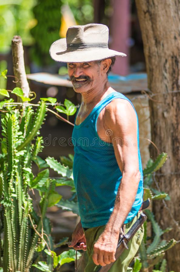Lycklig och vänlig kubansk hög stående för cowboy- och brudgummantillfångatagande i gamla fattiga Trinidad, Kuba, Amerika arkivbild