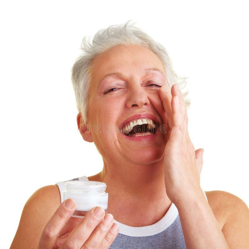 lycklig omsorg henne hud som tar kvinnan arkivfoton