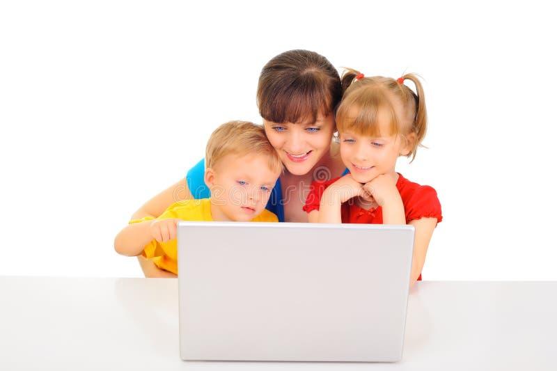 lycklig online-shopping för familj arkivbild