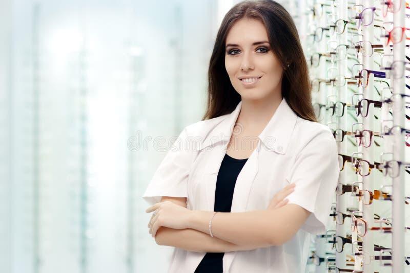Lycklig optiker Choosing mellan exponeringsglas och kontaktlinser royaltyfri fotografi