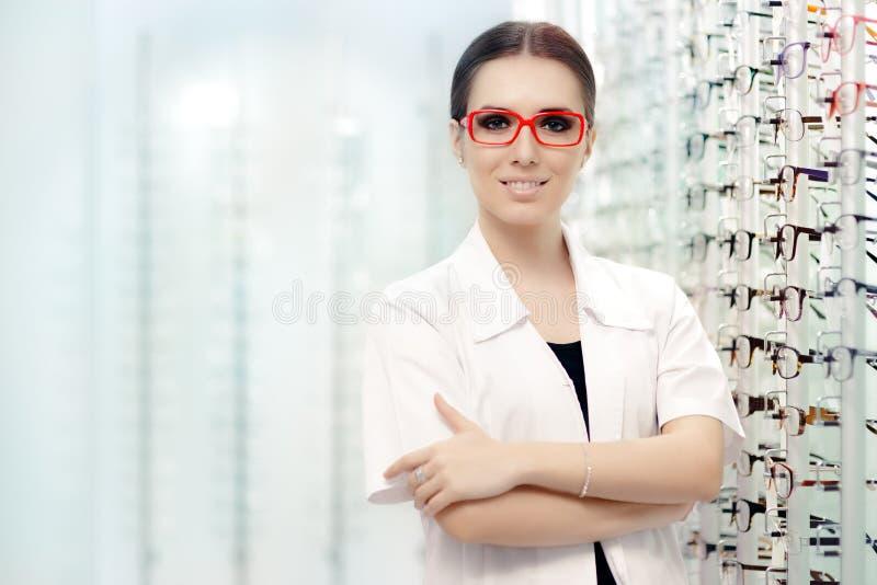 Lycklig optiker Choosing mellan exponeringsglas och kontaktlinser arkivfoton