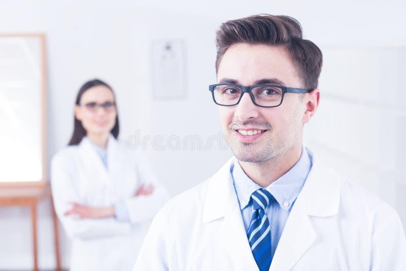 Lycklig optiker som bär modernt glasögon arkivbilder
