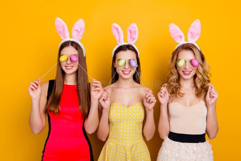 Lycklig påsk! Nätta tre, moderiktiga, komiska roliga flickor som bär b royaltyfria bilder