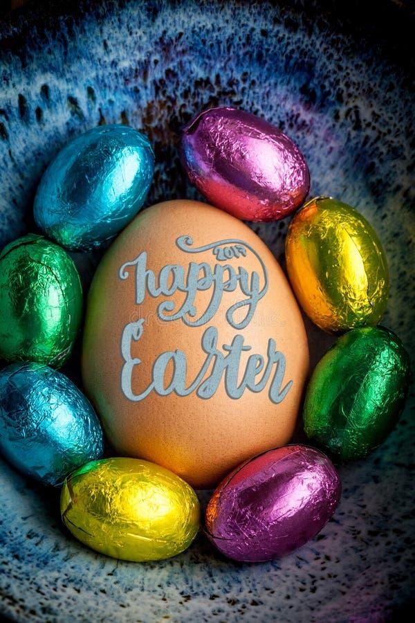 Lycklig påskbokstäver 2017 på ägget fodrade med liten choklad eg. arkivfoto