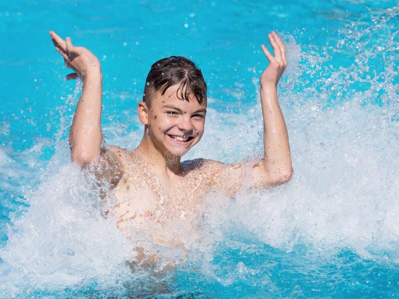 lycklig pöl för pojke arkivbilder