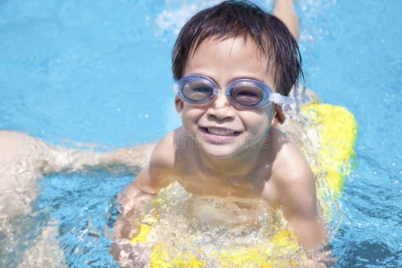 lycklig pölsimning för pojke royaltyfria bilder