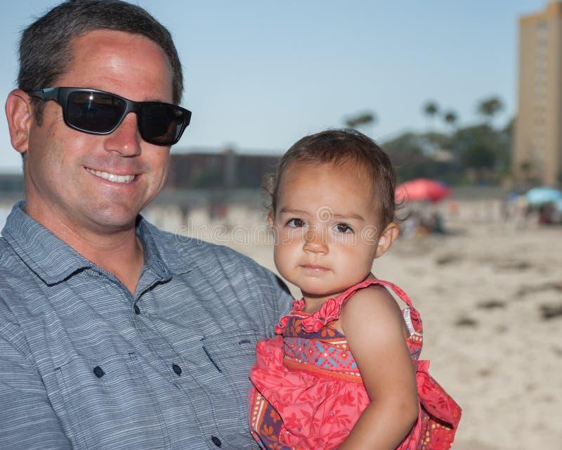 Lycklig pappa som rymmer hans flicka fotografering för bildbyråer