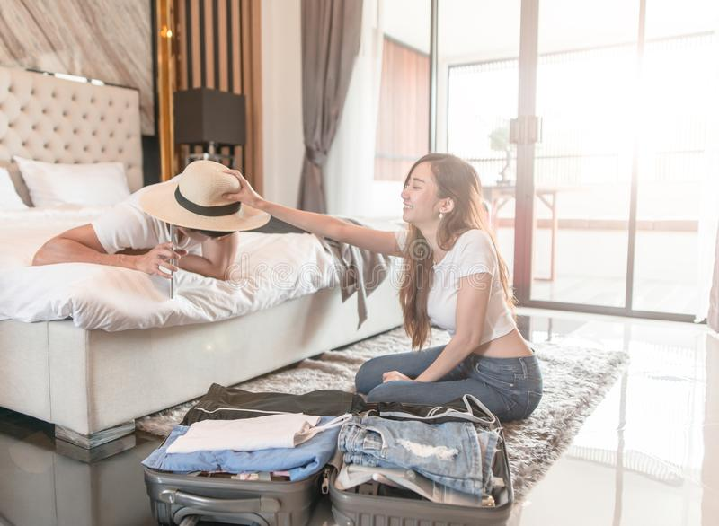 Lycklig paremballageresväska på golv i rum royaltyfri fotografi