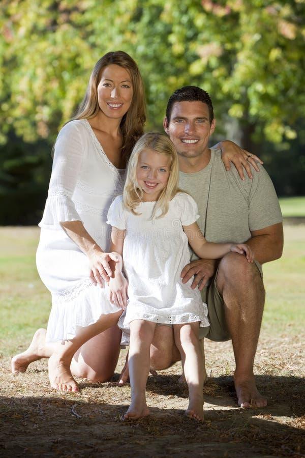 lycklig park för familj tillsammans arkivfoton
