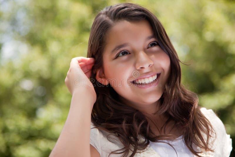 lycklig park för gullig flicka royaltyfri bild