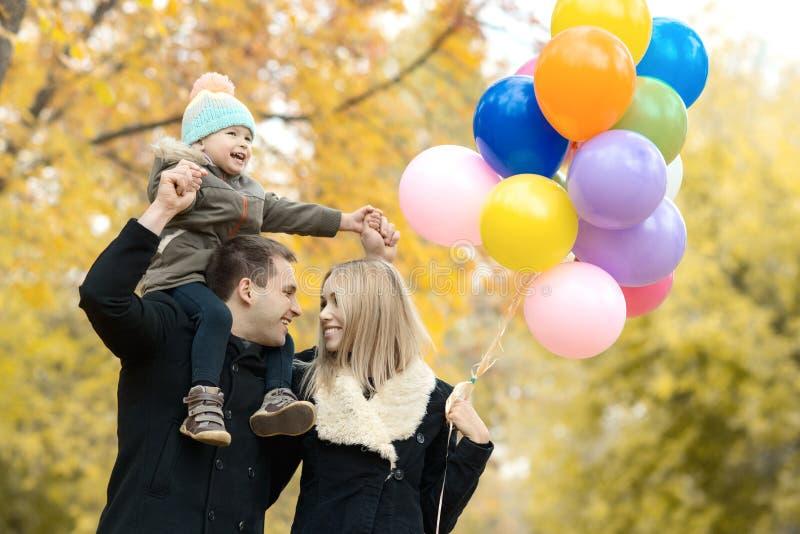 lycklig park för höstfamilj royaltyfri foto