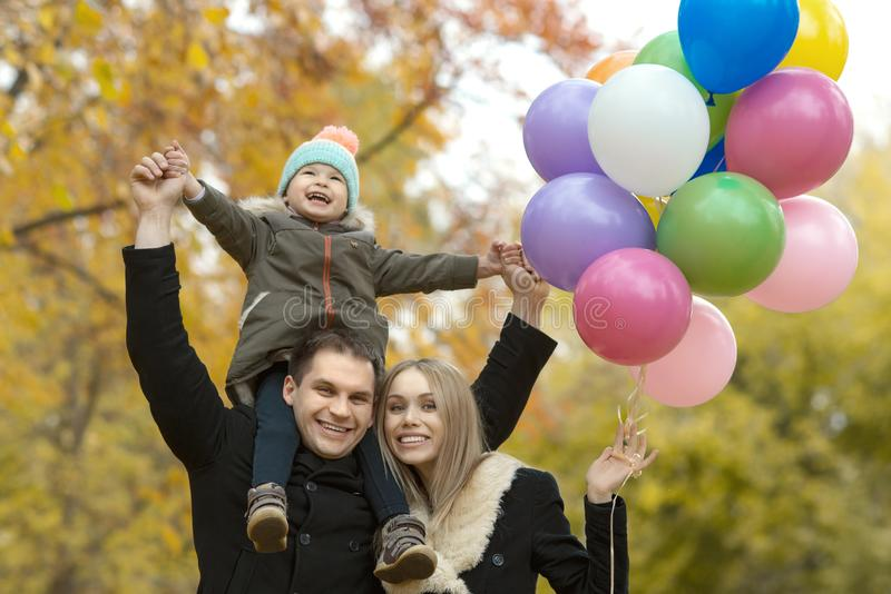 lycklig park för höstfamilj royaltyfria foton