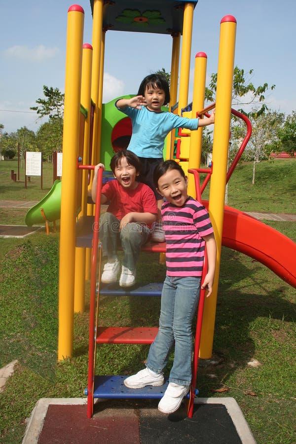lycklig park för pojkeflickor arkivbilder