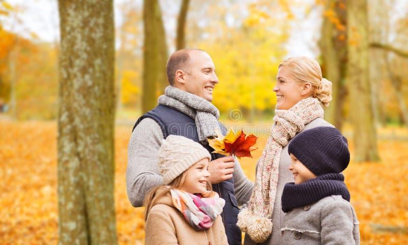 lycklig park f?r h?stfamilj fotografering för bildbyråer