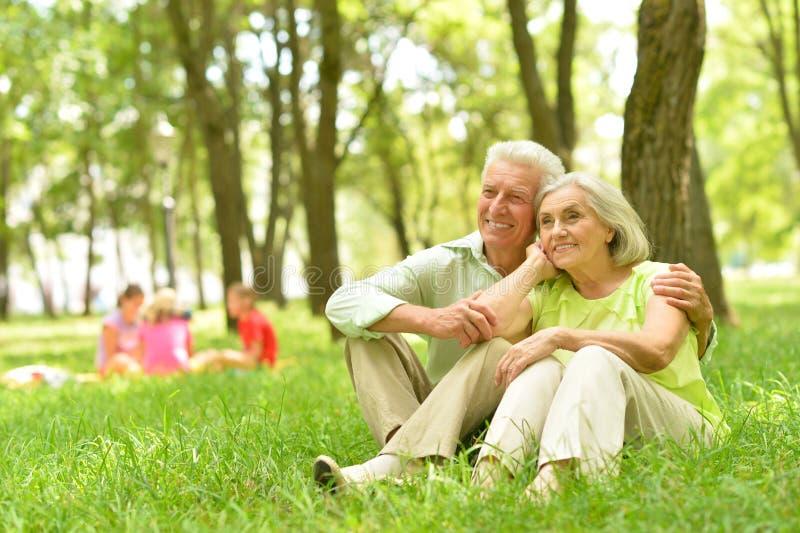 lycklig parkpensionär för par royaltyfria bilder