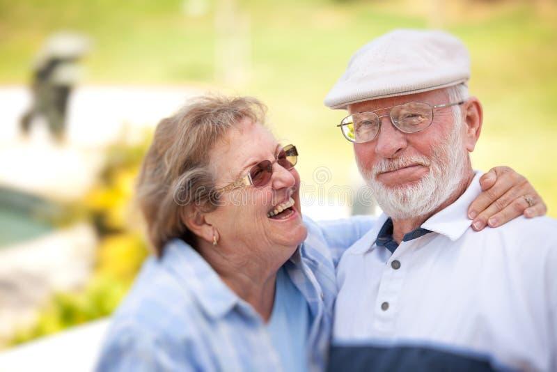 lycklig parkpensionär för par arkivfoto