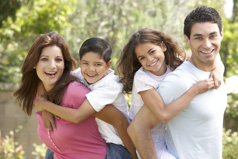 lycklig parkstående för familj royaltyfri fotografi