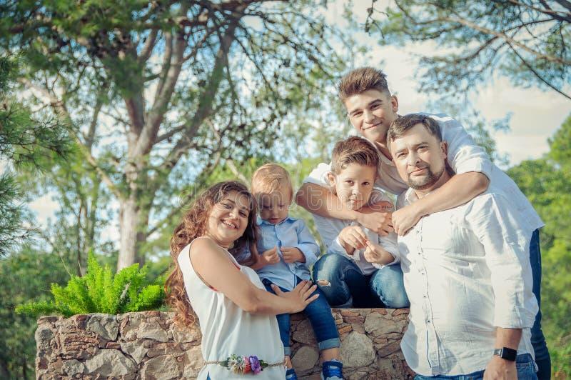 lycklig parkstående för familj Familjbegrepp arkivbilder